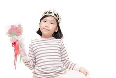 Милая азиатская девушка нося крону и держа розовый букет Стоковое Изображение