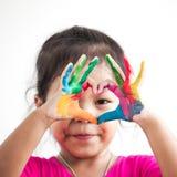 Милая азиатская девушка ребенка при покрашенные руки делает форму сердца Стоковая Фотография RF