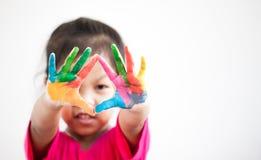 Милая азиатская девушка ребенка при руки покрашенные в красочной краске Стоковые Изображения RF