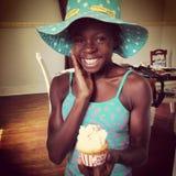 Милая Афро-американская девушка с мороженым Стоковые Фото
