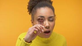 Милая Афро-американская женщина используя curler ресницы, подсказки девушек, выравнивая макияж видеоматериал