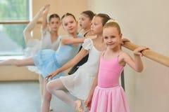 Милая балерина в розовом платье на студии Стоковое Фото