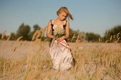 Милая белокурая девушка в женское бельё на поле Стоковая Фотография