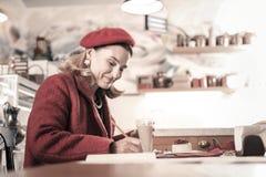 Милая белокурая женщина делая ее личные примечания стоковое фото