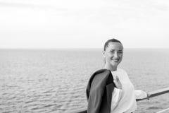 Милая бизнес-леди или счастливая милая девушка на палубе корабля Стоковые Изображения