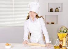 Милая выпечка девушки в кухне Стоковые Фото