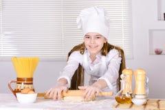 Милая выпечка девушки в кухне Стоковое фото RF