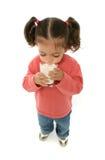 милая выпивая девушка меньшее молоко Стоковые Изображения