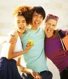 Милая группа в составе teenages на здании университета с книгами Стоковые Изображения RF
