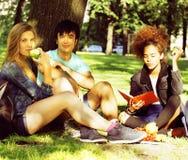 Милая группа в составе teenages на здании университета с книгами Стоковая Фотография RF