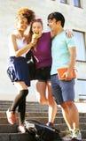 Милая группа в составе teenages на здании университета с huggings книг, назад к школе Стоковое Изображение RF