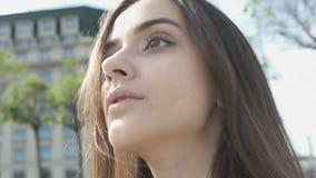 Милая дама смотря наслаждающся городскими выходными, ослабляя outdoors, женственность видеоматериал