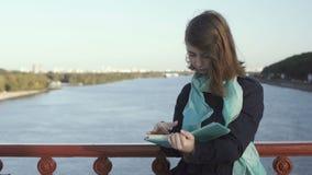 Милая дама читает книгу на мосте сток-видео