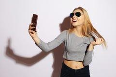 Милая девушка битника делая selfie над белой предпосылкой Стоковая Фотография