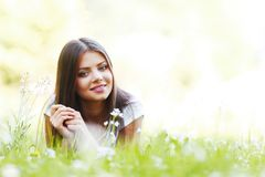 Милая девушка брюнет кладя на траву Стоковое Изображение
