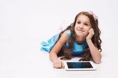 Милая девушка брюнет Таблетка Белая предпосылка самомоднейше Стоковые Фото
