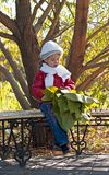 милая девушка вручает удерживанию огромные листья немногая Стоковое Изображение
