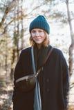 Милая девушка в взгляде битника outdoors в лесе Стоковое фото RF