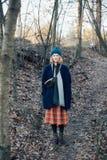 Милая девушка в взгляде битника outdoors в лесе Стоковые Фотографии RF
