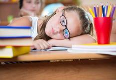 Милая девушка в классе на школе стоковое изображение