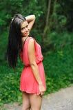 Милая девушка гуляя вниз с дороги Стоковые Изображения