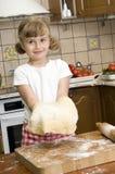 милая девушка делая печенье Стоковые Изображения