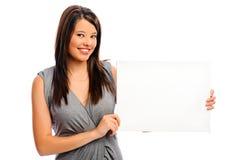 Милая девушка держа белую доску стоковое изображение rf