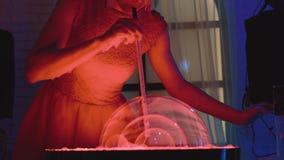 Милая девушка дует немного пузырей мыла, одного в другом, делает шоу, конец-вверх акции видеоматериалы