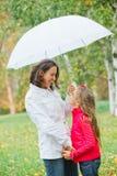 милая девушка ее гулять парка мати Стоковая Фотография RF