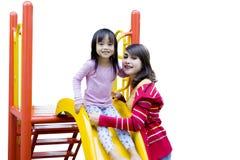Милая девушка играя на спортивной площадке с матерью Стоковое Фото