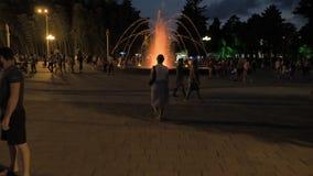 Милая девушка идя в парк курорта Город Батуми, Georgia видеоматериал
