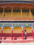 Милая девушка идя в тибетский буддийский висок Leh, Кашмир, внутри стоковое изображение rf