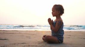 Милая девушка маленького ребенка играя барабанчики на песчаном пляже видеоматериал