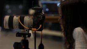 Милая девушка маленького ребенка смотря в камеру на фотосессии видеоматериал