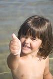 милая девушка меньший делая большой пец руки знака вверх Стоковое фото RF