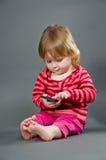 милая девушка меньший мобильный телефон Стоковые Фотографии RF