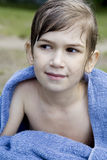 милая девушка меньший обруч полотенца поднимающий вверх Стоковое Изображение