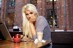 Милая девушка на кафе Стоковое фото RF