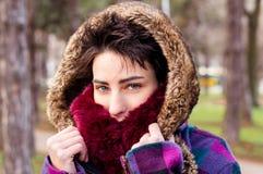 Милая девушка нося теплую ткань Стоковая Фотография