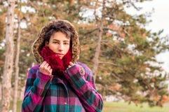 Милая девушка нося теплую ткань Стоковые Фотографии RF