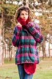 Милая девушка нося теплую ткань Стоковое Изображение RF