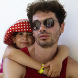 милая девушка отца она носить Панамы hugs серьезный стоковая фотография