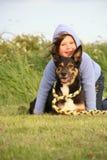 Милая девушка прижимаясь ее собака Стоковое фото RF