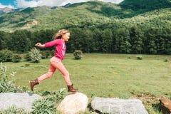 Милая девушка ребенк отдыхая в горах Стоковые Изображения