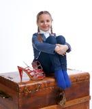 Милая девушка сидя на коробке с ботинками мам Стоковое Изображение