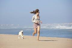 милая девушка собаки она Стоковое Изображение RF