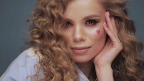 Милая девушка со скручиваемостями стилем причесок, классическим макияжем, веснушками, обнаженной стороной красоты губ видеоматериал