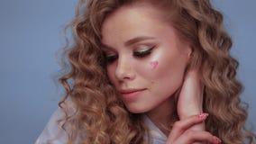 Милая девушка со скручиваемостями стилем причесок, классическим макияжем, веснушками, обнаженной стороной красоты губ акции видеоматериалы