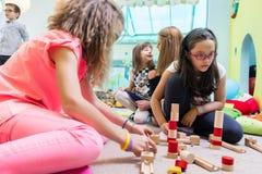 Милая девушка строя структуру в балансе во время playtime на стоковое изображение rf