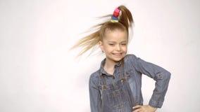 Милая девушка - сумасшедший крутой подмигивать Сумасшедшие люди Смешная сторона Дети счастливые Смешные эмоции девушки Выражение  видеоматериал